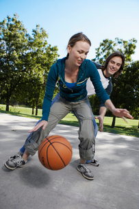 Young couple playing basketballの写真素材 [FYI02940382]