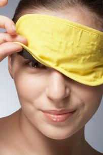 Young woman wearing sleep maskの写真素材 [FYI02940387]
