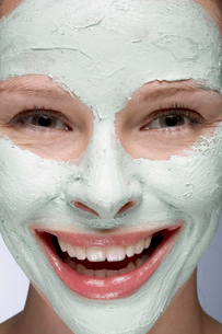 Young woman with face maskの写真素材 [FYI02940401]