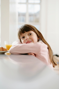 Girl in dressing gown having breakfastの写真素材 [FYI02940402]