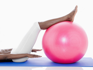 Woman exercising on fitness ballの写真素材 [FYI02940423]