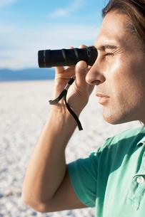 Man using monocularの写真素材 [FYI02940461]