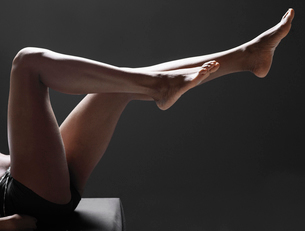 Womans bare legsの写真素材 [FYI02940506]