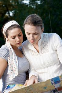 Two women reading road mapの写真素材 [FYI02940522]