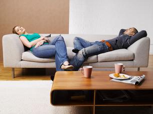 Young couple relaxing on sofaの写真素材 [FYI02940545]