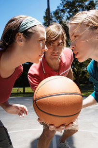 Three people playing basketballの写真素材 [FYI02940558]