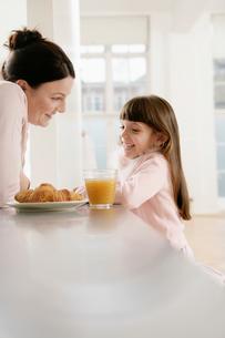 Mother and girl having breakfastの写真素材 [FYI02940576]
