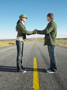 Woman and man shaking hands on highwayの写真素材 [FYI02940627]
