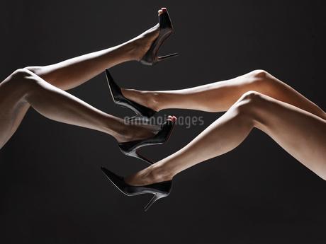 Low section of women wearing stilettosの写真素材 [FYI02940631]