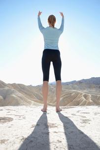 Young woman doing yoga in desertの写真素材 [FYI02940647]