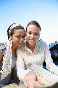 Two women reading road mapの写真素材 [FYI02940648]