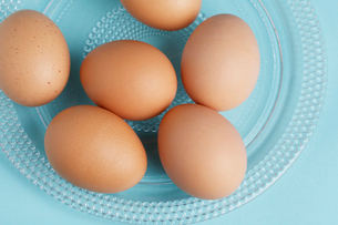 Close-up of brown eggs on plateの写真素材 [FYI02940665]