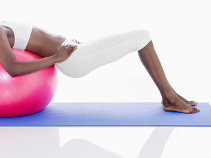 Woman exercising with Swiss ballの写真素材 [FYI02940735]