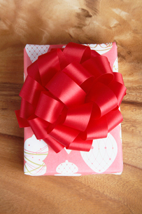 Christmas present with ribbon bowの写真素材 [FYI02940737]