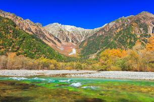 秋の上高地 梓川の清流と穂高連峰に雪の写真素材 [FYI02940786]
