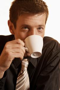 Mid adult man drinking coffeeの写真素材 [FYI02940872]