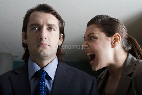 Businesswoman shouting to businessmanの写真素材 [FYI02940900]