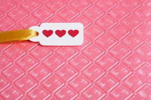 Valentine card on ribbonの写真素材 [FYI02940930]