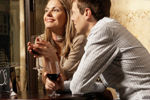 Couple drinking red wine in restaurantの写真素材 [FYI02940938]