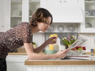 Woman reading and having breakfastの写真素材 [FYI02940945]