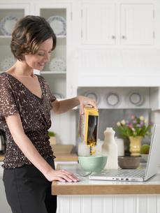 Woman pouring breakfast cerealsの写真素材 [FYI02940972]