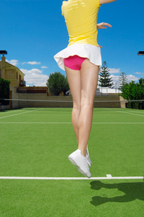 Low section of tennis player jumpingの写真素材 [FYI02941001]