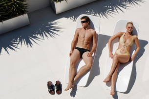 Young man and woman sunbathingの写真素材 [FYI02941018]