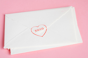 Close-up of envelopes of Valentine cardsの写真素材 [FYI02941031]