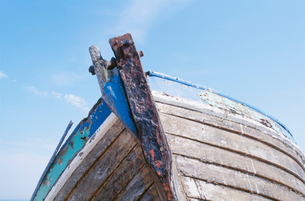 Old boat against skyの写真素材 [FYI02941060]