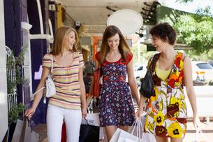 Teenage girls carrying shopping bagsの写真素材 [FYI02941091]