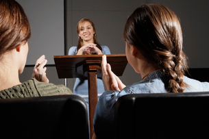 Students clapping at female lecturerの写真素材 [FYI02941104]