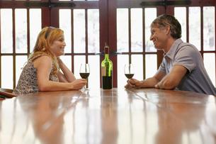 Couple drinking red wineの写真素材 [FYI02941110]