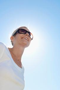 Mature woman wearing sunglassesの写真素材 [FYI02941114]