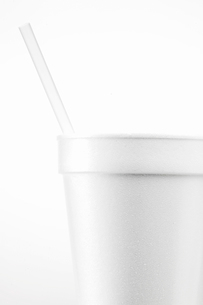 White disposable cup with strawの写真素材 [FYI02941120]