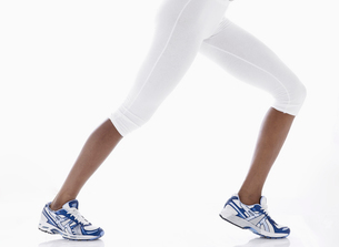 Woman in sports clothing stretching legsの写真素材 [FYI02941121]