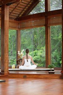 Woman meditating on tatami near windowsの写真素材 [FYI02941129]