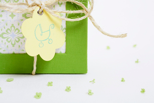 Close-up of picture frame with gift tagの写真素材 [FYI02941137]