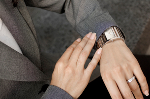 Businesswoman checking wrist watchの写真素材 [FYI02941157]