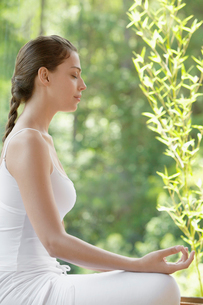 Young woman meditatingの写真素材 [FYI02941160]