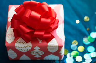 Christmas present with ribbon bowの写真素材 [FYI02941169]