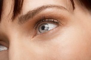 Close up of womans eyeの写真素材 [FYI02941187]