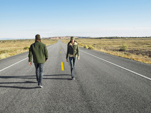 Man and woman passing each other on roadの写真素材 [FYI02941201]