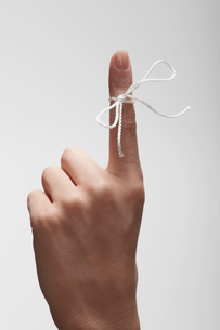 String tied on womans index fingerの写真素材 [FYI02941251]