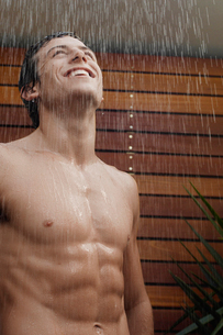 Young man taking showerの写真素材 [FYI02941262]