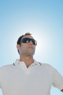 Mature man against clear skyの写真素材 [FYI02941293]