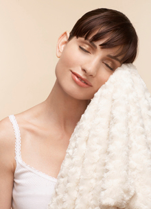Mid adult woman with soft blanketの写真素材 [FYI02941303]