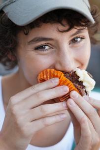 Teenage girl eating cakeの写真素材 [FYI02941310]