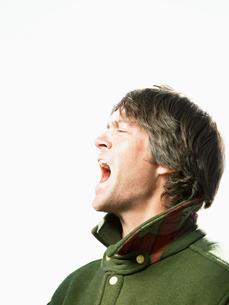 Mid adult man shoutingの写真素材 [FYI02941329]