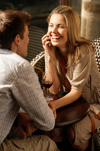 Mid adult couple drinking red wineの写真素材 [FYI02941333]