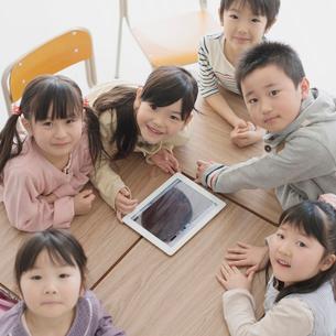 タブレットPCで勉強をする小学生の写真素材 [FYI02941354]